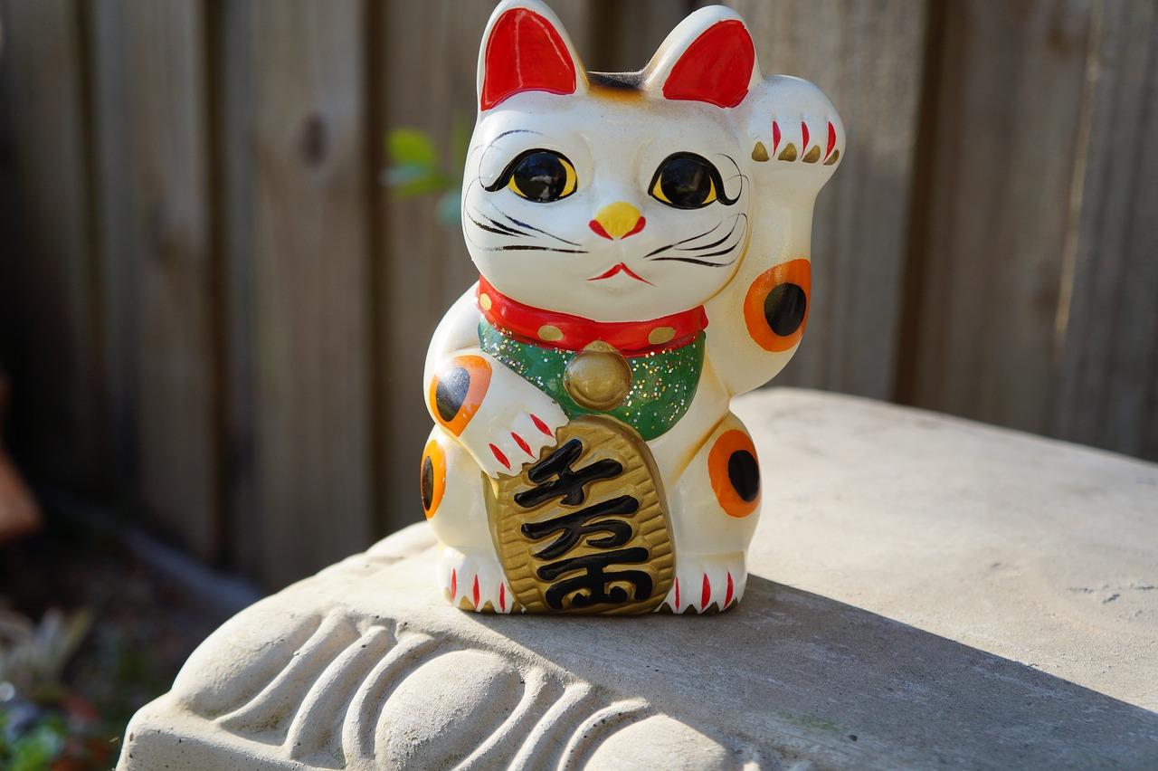 招き猫を英語で説明すると何て言う?